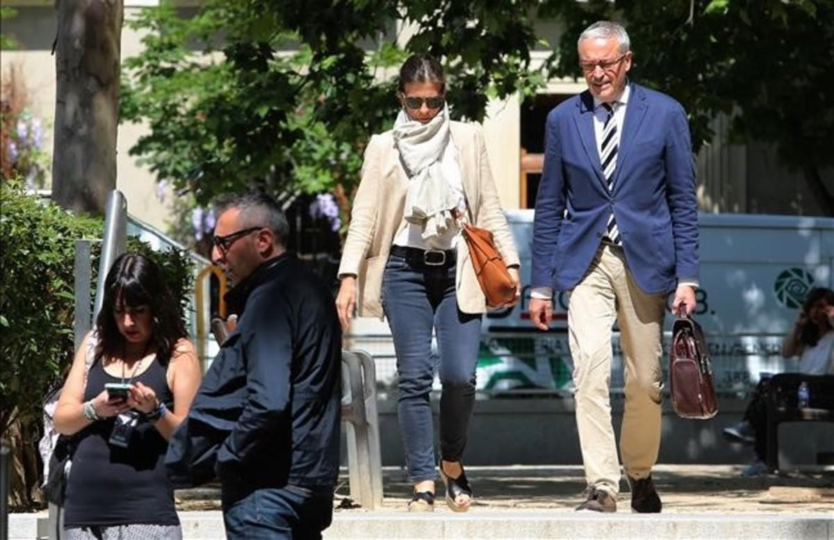 Anna Vidal, esposa de Oriol Pujol, sale de la Audiencia Nacional tras declarar ante el juez José de la Mata.