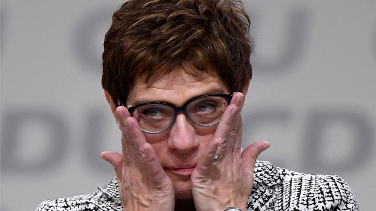 Annegret Kramp-Karrenbauer emocionada tras ser elegida la sucesora de Angela Merkel al frente de laCDU.