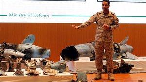 El portavoz del Ejército de Arabia Saudí muestras restos de proyectiles durante la rueda de prensa.