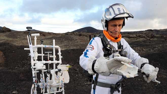 Astronautas y científicos prueban en Lanzarote la tecnología para volver a la Luna.