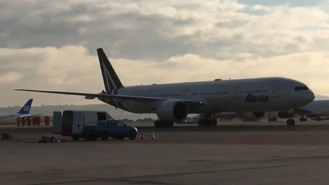 Momento en el que aterriza en el aeropuerto Adolfo Suárez-Barajas de Madrid el quinto avión sanitario comprado por la Comunidad de Madrid para combatir el coronavirus.