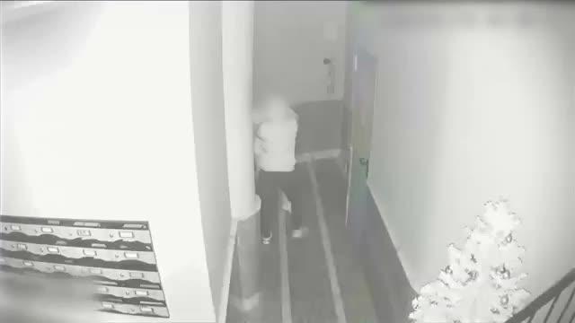 Vídeo   Violento atraco en Torrevieja: así atacó un ladrón a una mujer en el portal