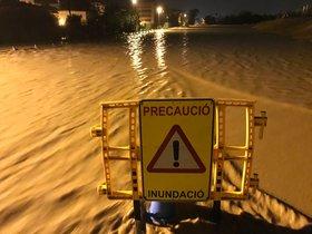 Aviso de precaución en un barranco desbordado en Salou.