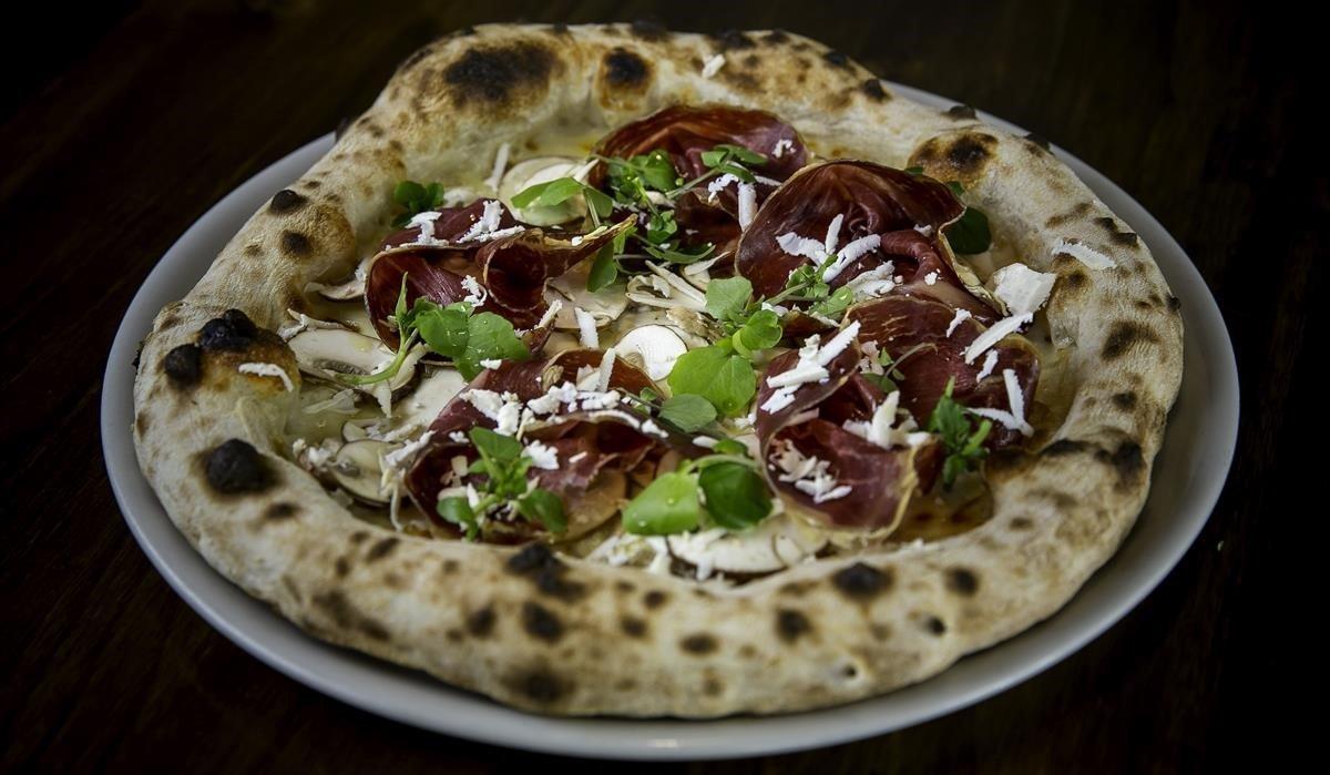 Pizza de cecina y ricotta ahumada de La Balmesina.