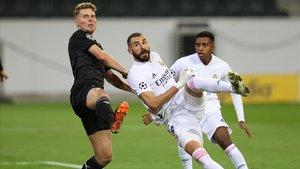 Benzema en el primer gol del Real Madrid ante el Gladbach