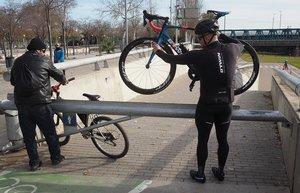 El ciclista de Badalona, Carlos Pulido, sortea la barra de metal que impide el paso al parque fluvial del Besòs.