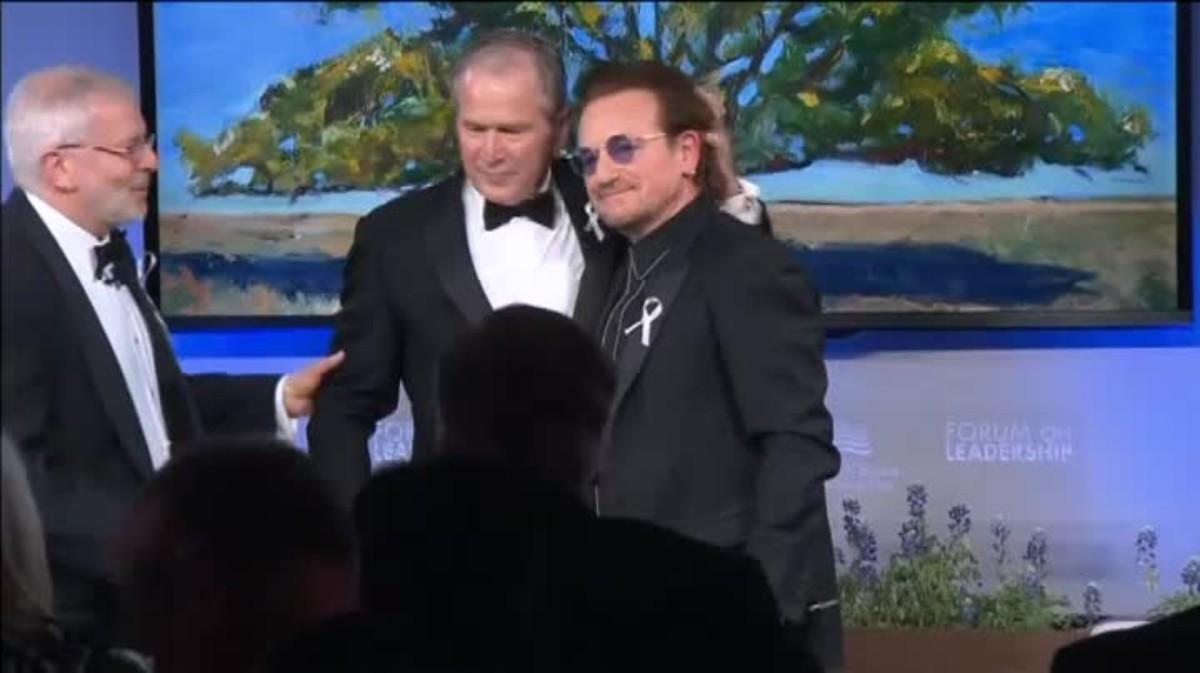 Con un abrazo se fundieron el cantante y el expresidente de Estados Unidos, el responsable de la Guerra de Irak, que premia a Bono por su labor humanitaria y lucha contra la pobreza.
