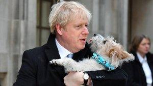 Boris Johnson, con su perro Dilyn tras votar en las elecciones generales del Reino Unido, este jueves.