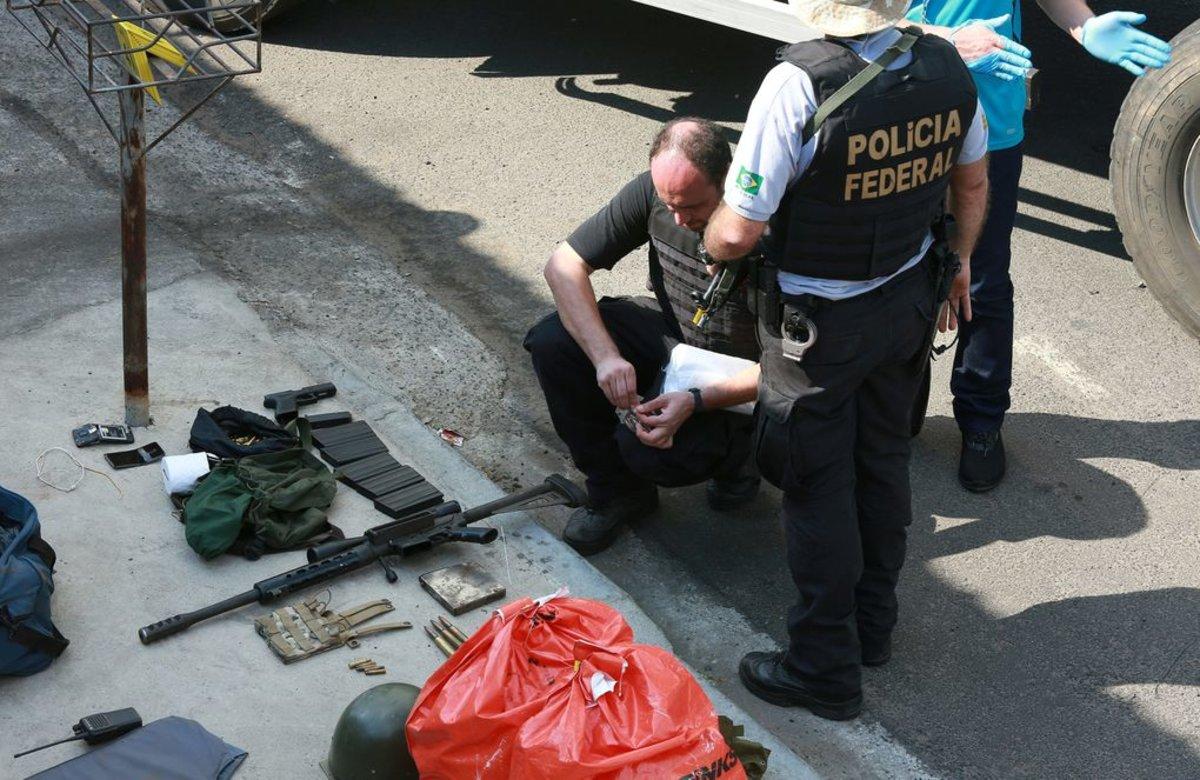 La policía de Brasil con armas encautadas de un robo.