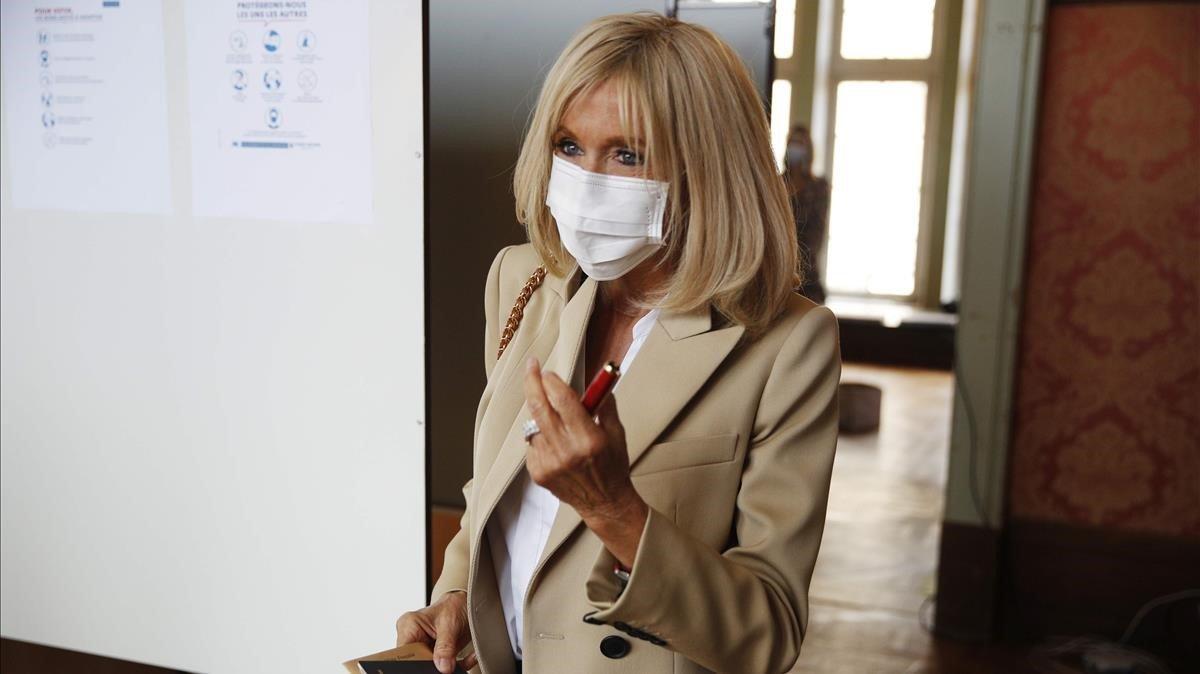 Brigitte Macron llega a su colegio electoral para votar en la segunda vuelta de las municipales, el pasado 28 de junio.