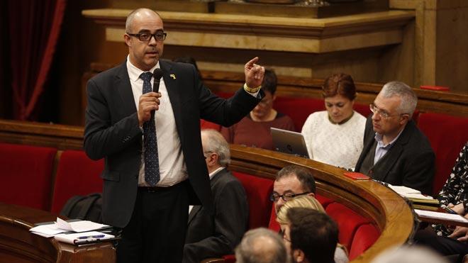 Buch niega injerencias en Mossos ante críticas de oposición por maniatarlos.
