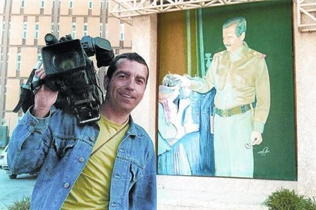 El cámara de Tele 5 José Couso, en Bagdad ante un retrato de Sadam Husein, en una imagen del documental Hotel Palestina.