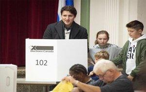 El primer ministro de Canadá, Justin Trudea, emitiendo su voto electoral.