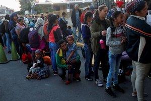 Migrantes centroamericanosparte de la caravana de migrantes con destino hacia los Estados Unidoshacen fila este sabado en la entrada de la frontera entre Guatemala y Mexicoen Tecun UmanGuatemala EFE Esteban Biba