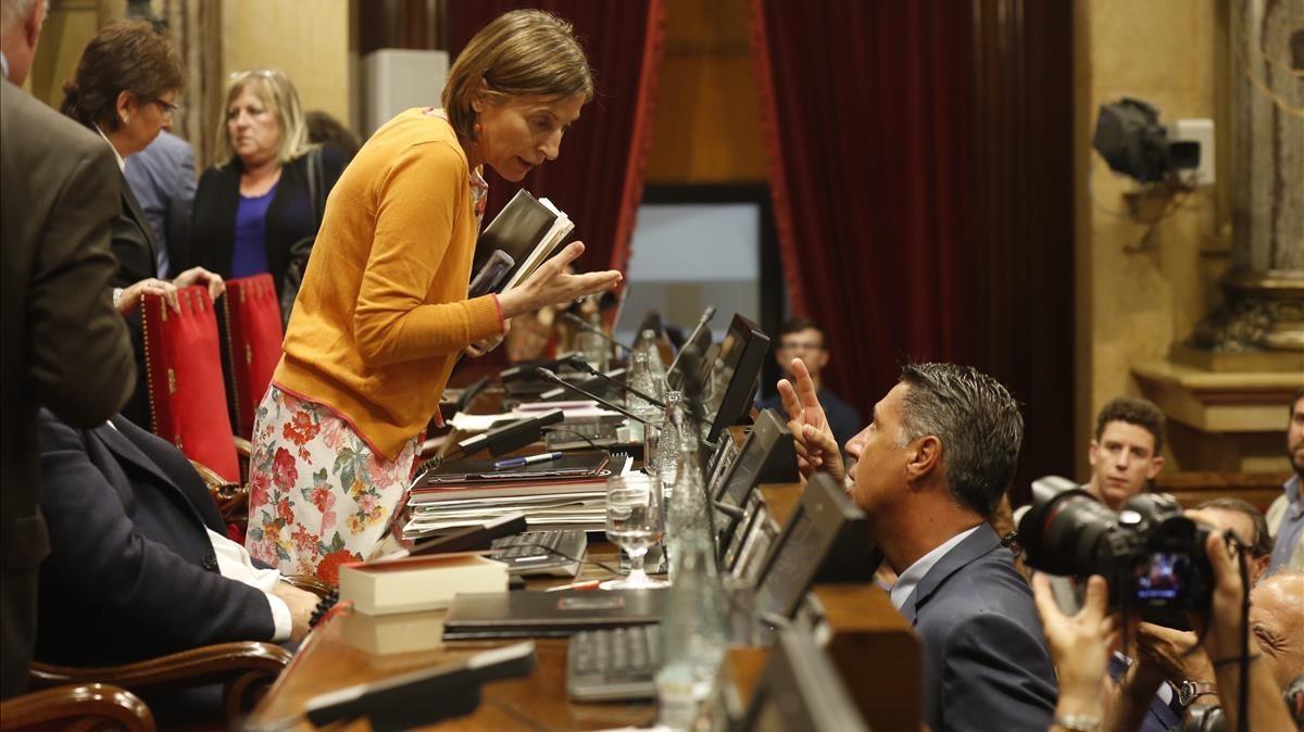 Carme Forcadell y Xavier García Albiol intercambian opiniones.
