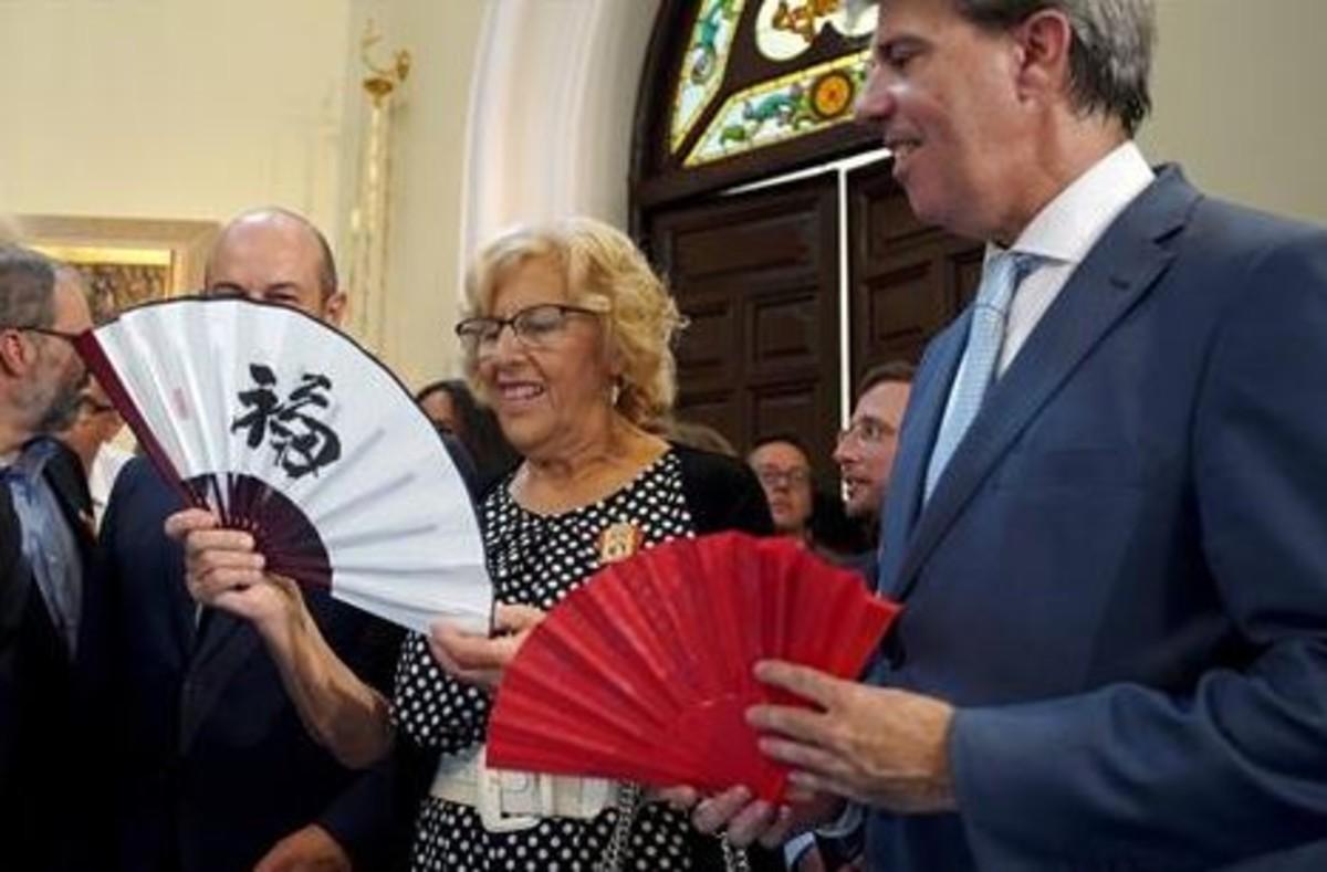 La alcaldesa de Madrid, Manuela Carmena, y el presidente de la Comunidad, Angel Garrido.