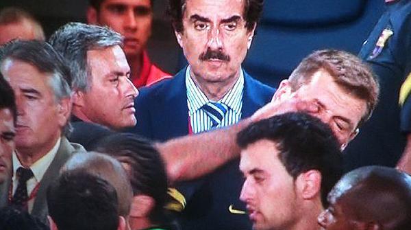 17.8.2011. En los últimos minutos de la vuelta de la Supercopa entre el Madrid y el Barça, se produjo un tumulto entre jugadores y técnicos. Mourinho se acercó por la espalda a Tito y le metió un dedo en el ojo.