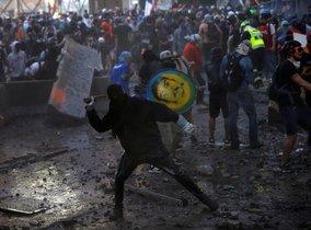 En las calles aledañas a la Plaza Italia algunos grupos de manifestantes se enfrentaron a Carabineros con piedras.