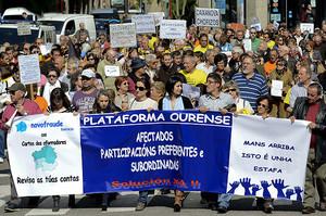 Concentración de cientos de gallegos afectados por las participaciones preferentes, ante una oficina de Novagalicia Banco en Orense, para reclamar soluciones a las entidades bancarias.