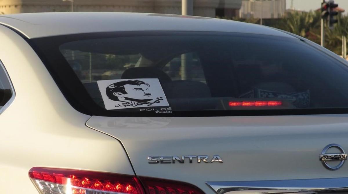 Cientos, miles de coches, circulan por Doha con la serigrafia de su emir en los cristales.