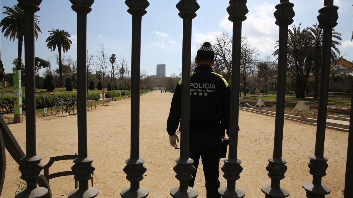 El parque de la Ciutadella, cerrado y custodiado por la Guardia Urbana.