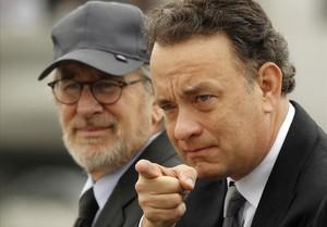 El cineasta Seven Spielberg y el actor Tom Hanks (derecha), en un tributo a los veteranos de la segunda guerra mundial, en el 2010.