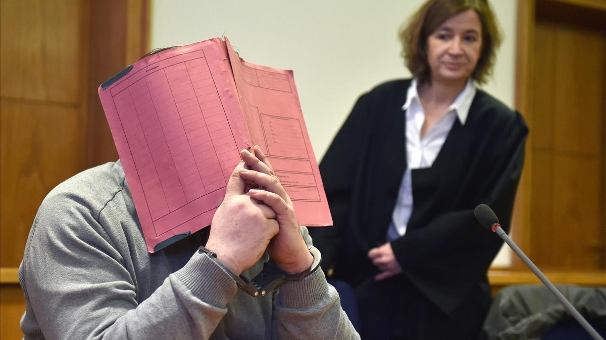 El enfermero Niels H. se oculta la cara en una imagentomada en febrero del 2015 cuando fue juzgado por causar la muerte de dos pacientes.