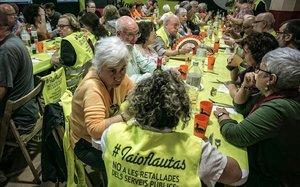 El colectivo de yayoflautas celebra su 7º aniversario con una comida comunitaria en el Ateneu LHarmonia