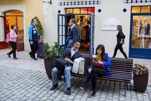 Compradores chinos, en el complejo comercial La Roca Village.