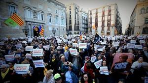 Concentración de repulsa por los registros policiales en el Palau de la Generalitat y Òmnium, en la plaza de Sant Jaume.