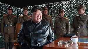 Kim Jon-un, supervisando unos ejercicios de artillería de las fuerzas armadas norcoreanas.
