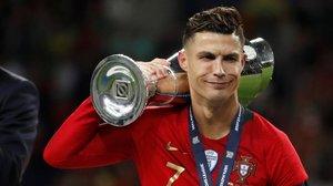 Cristiano Ronaldo paseo por el estadio Do Dragao, de Oporto, el trofeo de la Liga de las Naciones.