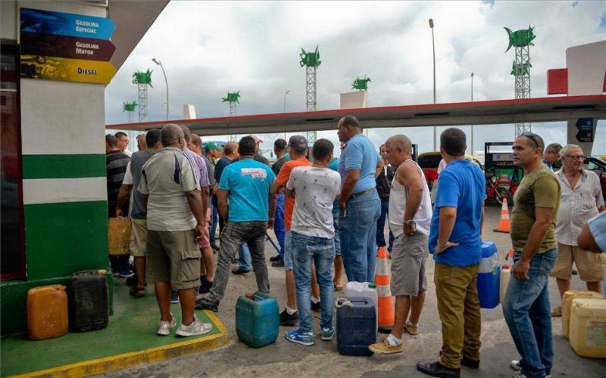 Ciudadanos haciendo fila para conseguir combustibles en Cuba.