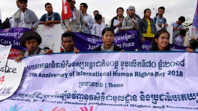 Se cumplen 70 años de la Declaración Universal de los Derechos Humanos. En la foto, habitantes de Phnom Penh, en Camboya, celebran con pancartas la efeméride.