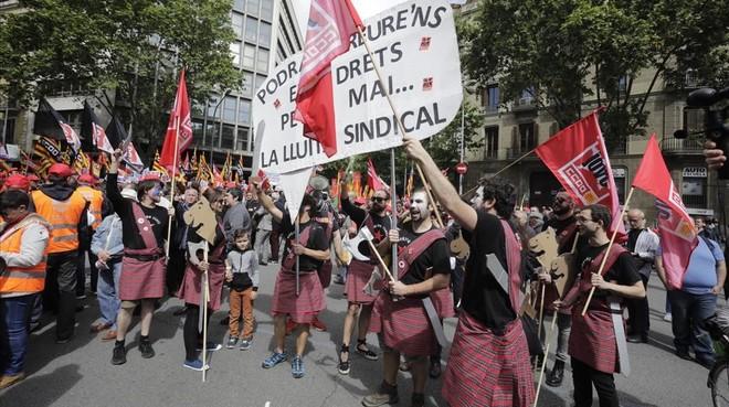 Curiosa forma de protestar por la lucha sindical.
