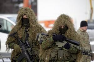Soldados lituanos participan en la ceremonia de bienvenida a las primeras tropas del batallón de Presencia Avanzada de la OTAN que llegan a la base lituana de Rukla.