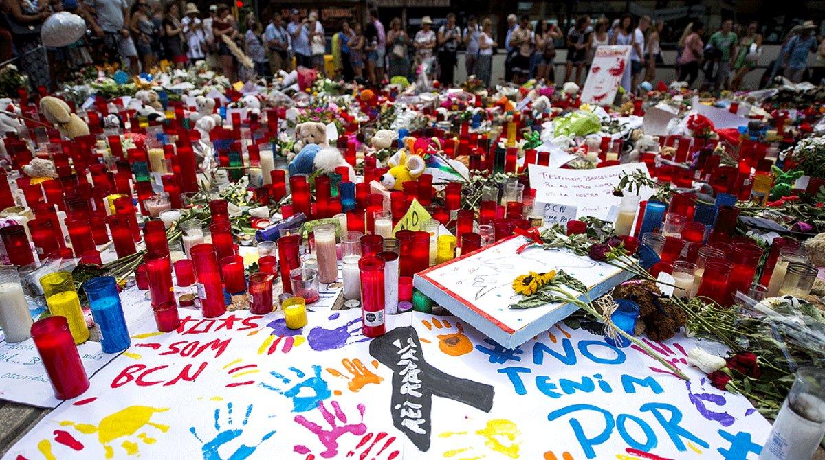 Detalle del imprivisado altar de homenaje a las víctimas del atentado de la Rambla, el 21 de agosto del 2017.