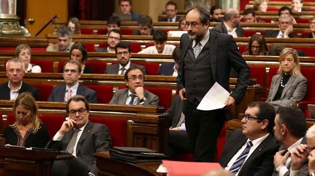 El diputado de la CUP Antonio Baños se dirige a la tribuna, en el segundo debate de investidura en el Parlament.