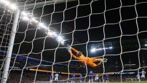 El disparo de Kompany que le da media Premier al City batiendo al Leicester.