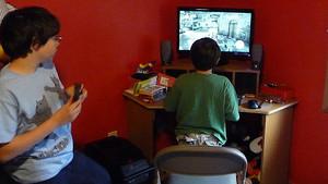 Dos menores juegan al videojuego Assasins Creed 2.