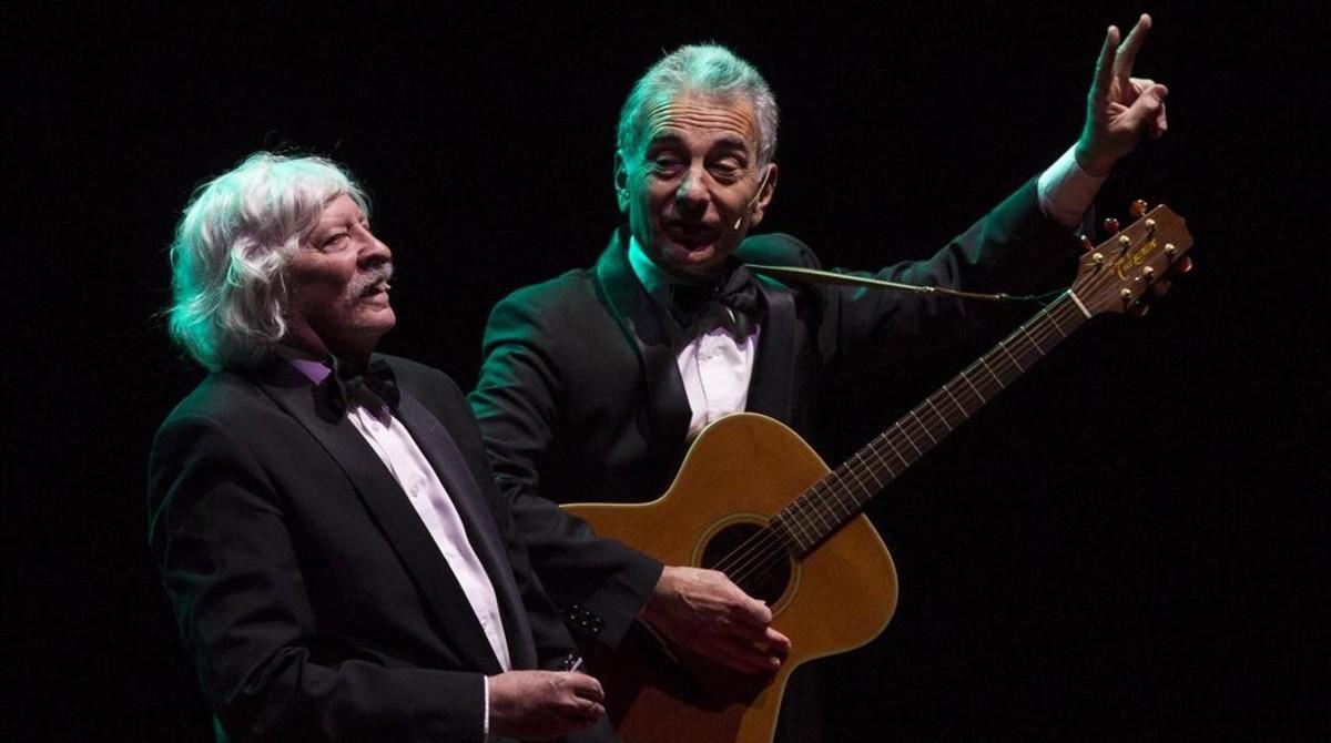 Carlos López Puccio (izquierda) y Jorge Maronna, dos históricos de Les Luthiers, durantesu última actuación en Barcelona, el año pasado.