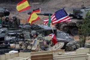 ADZ01. ADAZI (LETONIA), 23/10/2018.- Soldados españoles (i), con tanques Leopard 2, y soldados estadounidenses con tanques Abrams, participan en un ejercicio de artillería de las naciones con mayor presencia en la OTAN en la base militar de Adazi en Letonia, hoy, 23 de octubre de 2018. España, Alemania, Polonia, Reino Unido y Estados Unidos fueron los países que participaron en estos ejercicios militares. EFE/ Valda Kalnina