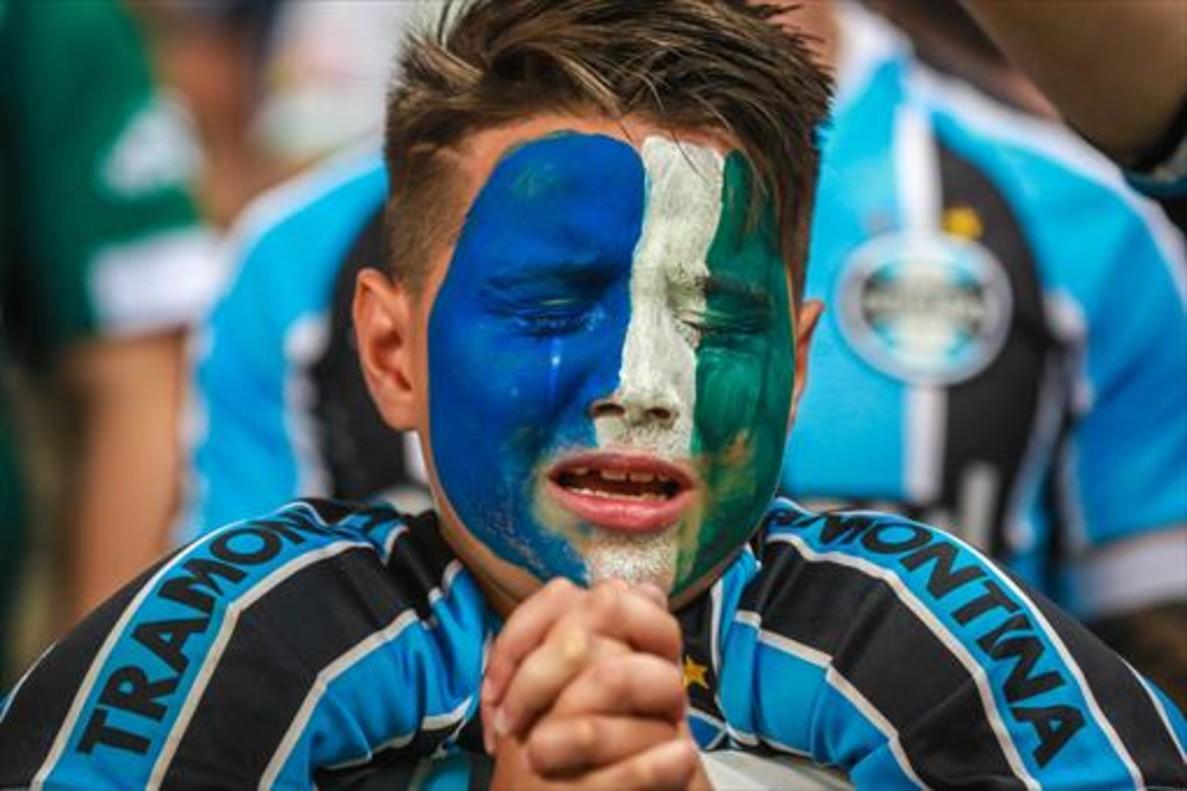 Un aficionado del Gremio llora durante el homenaje al Chapecoense.