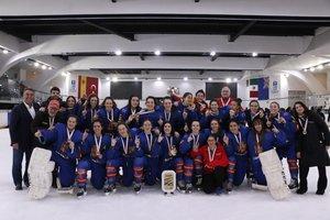 Equipo Sub-18 femeninode hockey hielo con las medallas de oro y el trofeo conquistado en México el pasado 2 de febrero.