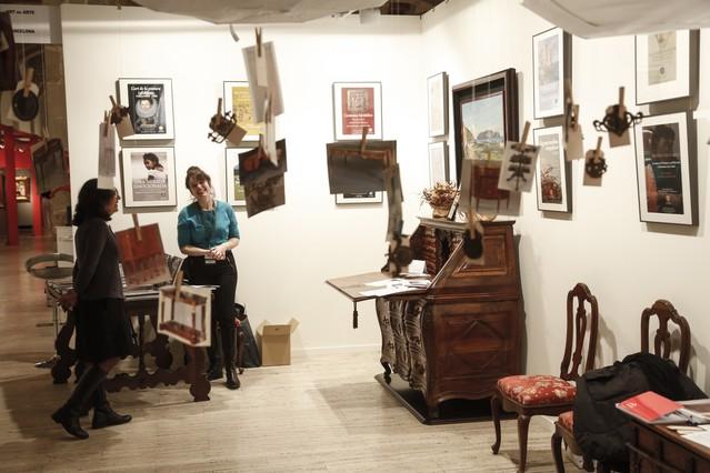 El estand de la Fundació Mascort con algunos de los elementos de mobiliario que expone.