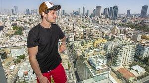 Miki, en una terraza de Tel Aviv.