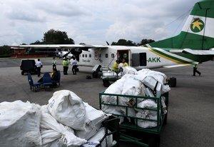 Los deshechos del Everest son transladados en aviones a plantas de tratamiento de basura.