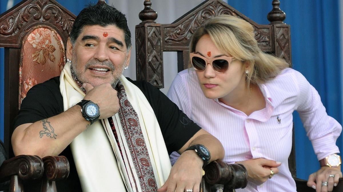 El exfutbolista argentino Diego Armando Maradona, junto a su pareja, durante su homenaje en la India.