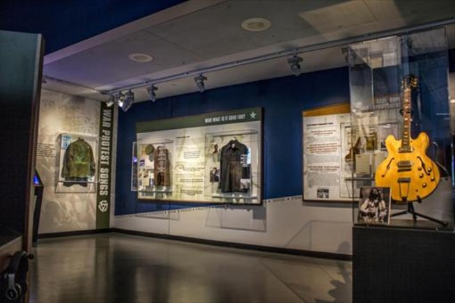En primer término, la guitarra con la que John Lennon grabó 'Revolution', inspirada en las protestas contra la guerra de Vietnam. En el Newseum, hasta el 31 de julio.