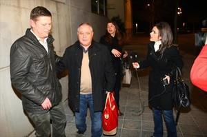 El extesorero de CDC Andreu Viloca (centro) sale del interrogatorio de la guardia civil, a finales de enero.